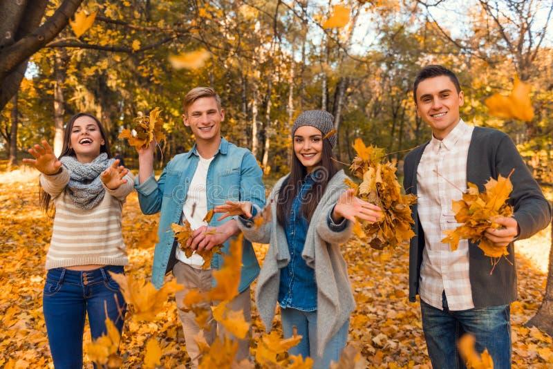 De studenten in de herfst parkeren stock fotografie