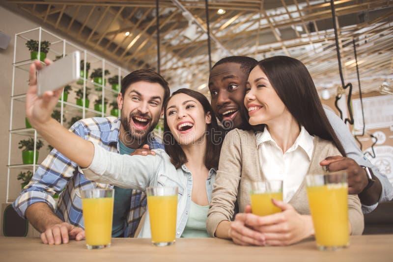 De studenten in de koffie bestuderen samen onderwijsconcept royalty-vrije stock afbeeldingen