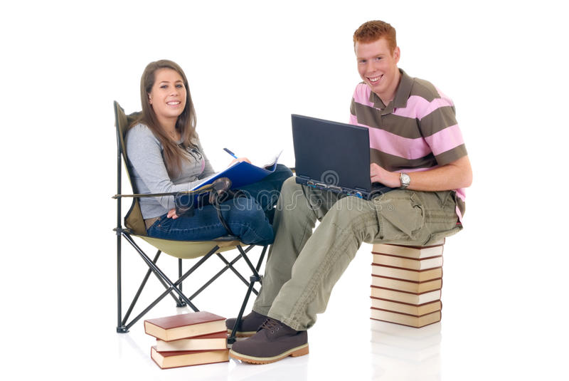 De studenten die van de tiener aan laptop werken royalty-vrije stock afbeelding