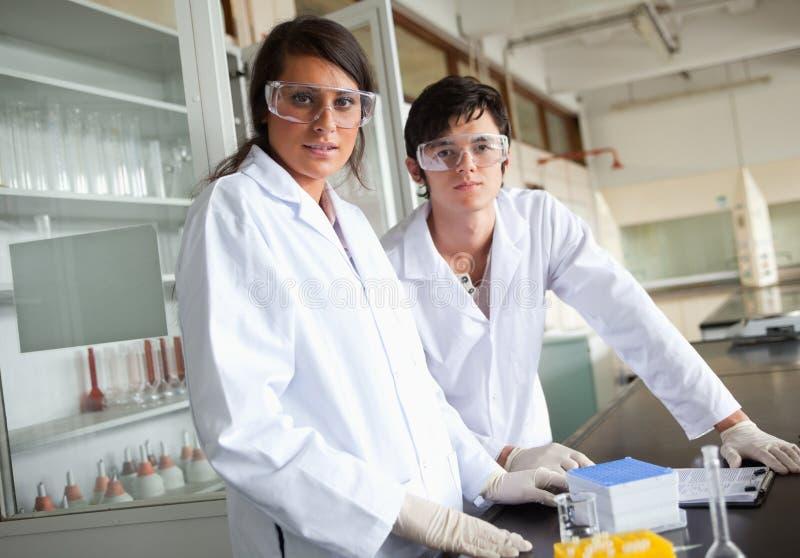 De studenten die van de wetenschap beschermende glazen dragen stock foto