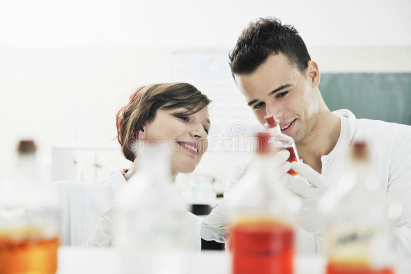 De studenten koppelen in laboratorium royalty-vrije stock foto