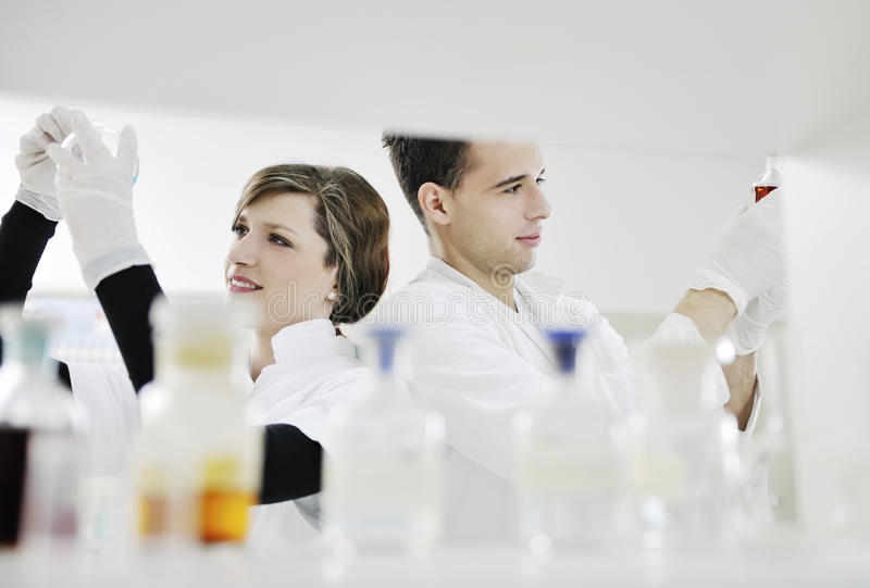 De studenten koppelen in laboratorium royalty-vrije stock fotografie