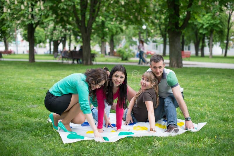 De studenten spelen een spel in het park twister royalty-vrije stock foto's
