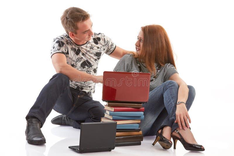 De studenten treffen voor onderzoek voorbereidingen royalty-vrije stock afbeelding