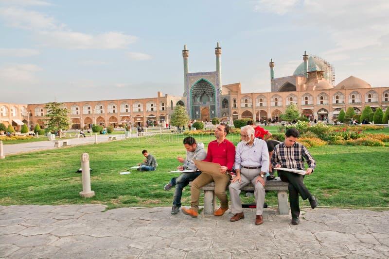 De studenten trekken de gebouwen van oud Iraans gebied onder begeleiding van leraar royalty-vrije stock foto