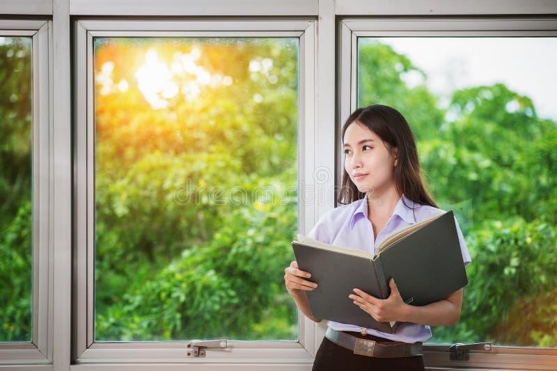 De studenten van Azië lezen een boek stock foto's
