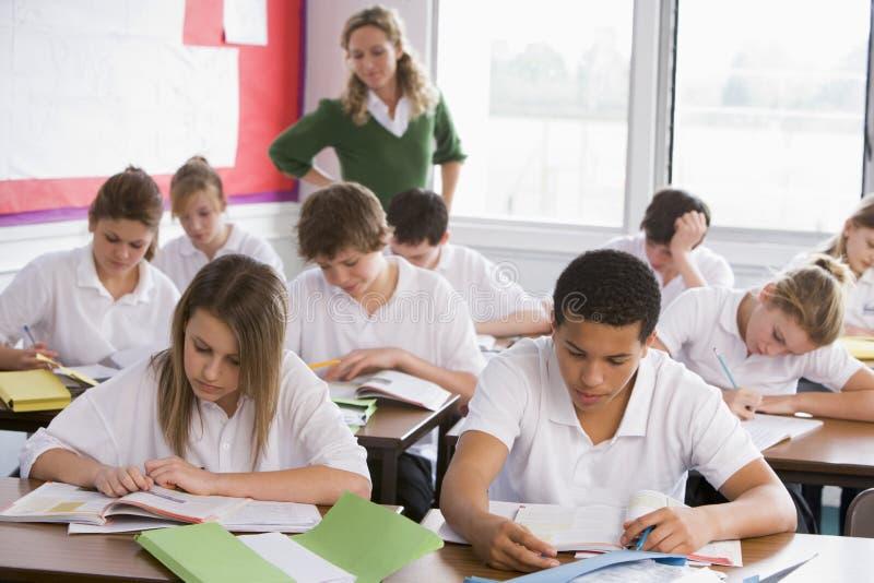 De studenten van de middelbare school in klasse royalty-vrije stock foto