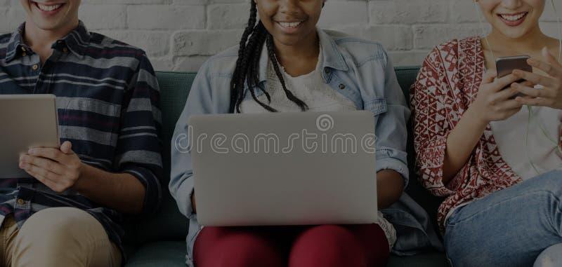 De Studenten van diversiteitstienerjaren ontspannen Team Concept stock afbeelding