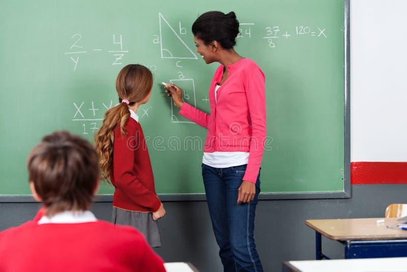 De Studenten van leraarsteaching mathematics to aan boord royalty-vrije stock fotografie