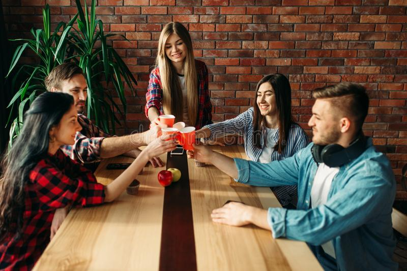 De studenten vieren gebeurtenis, universitaire partij royalty-vrije stock afbeelding