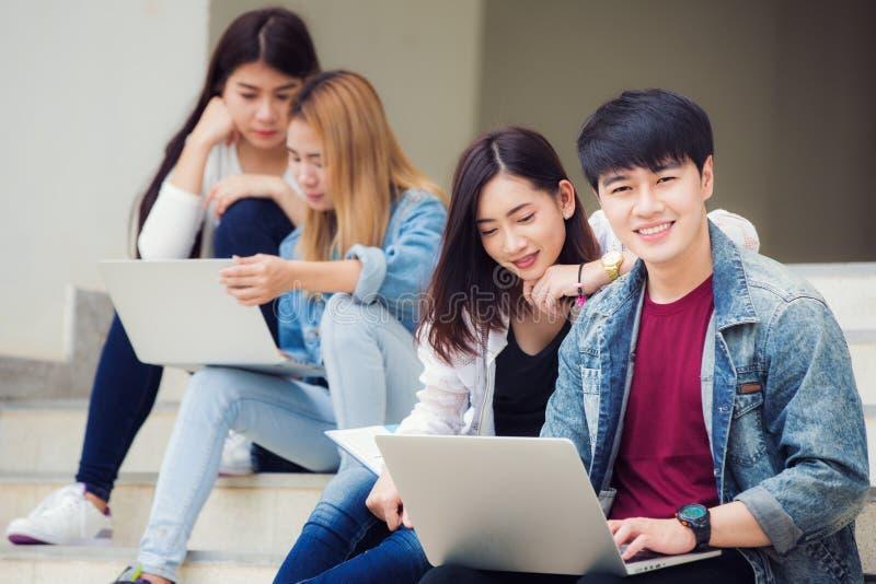 De de studentengroep van Azië in universitaire het werk harde togather voor maakt r stock foto's