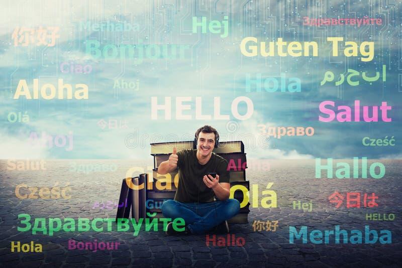 De studentenkerel leert verschillende talen op oortelefoons stock illustratie