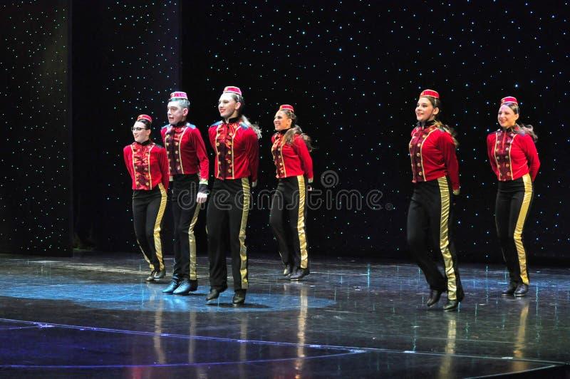 De studentenonstage van de dansschool het presteren royalty-vrije stock afbeeldingen
