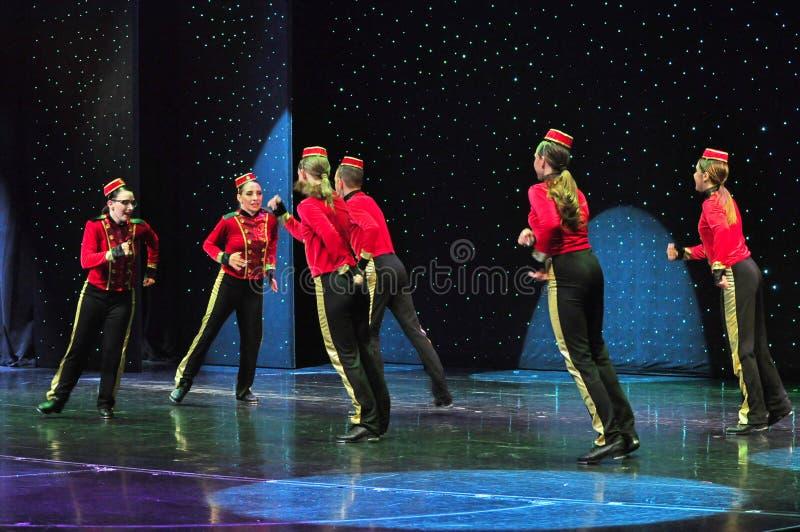 De studentenonstage van de dansschool het presteren royalty-vrije stock fotografie
