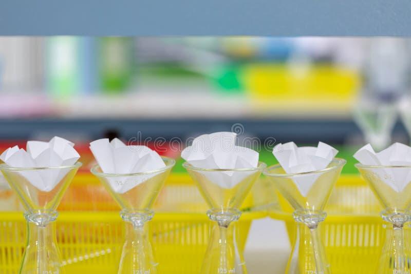 De studie die door filtratie de componentensubstanties scheiden van vloeibaar mengsel stock foto's