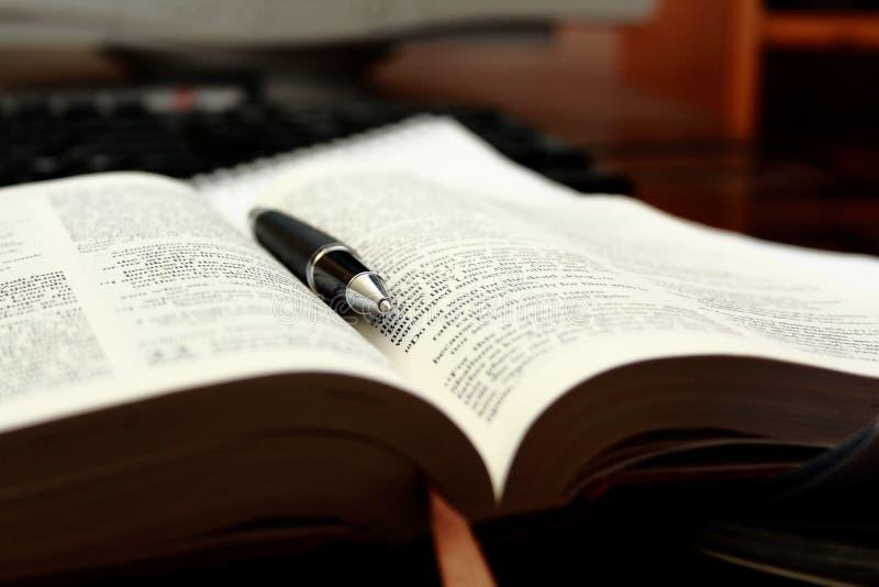 De studie van de bijbel stock foto's