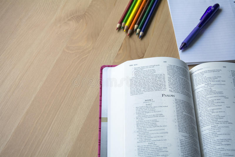 De studie van de psalmbijbel met pen royalty-vrije stock foto's