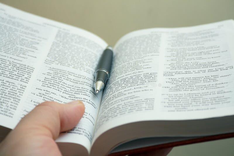 De studiehand van de bijbel stock foto