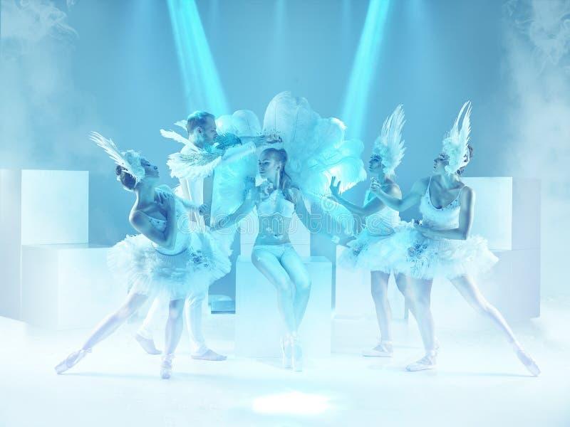 De studio die van groep moderne dansers op blauwe achtergrond wordt geschoten royalty-vrije stock foto