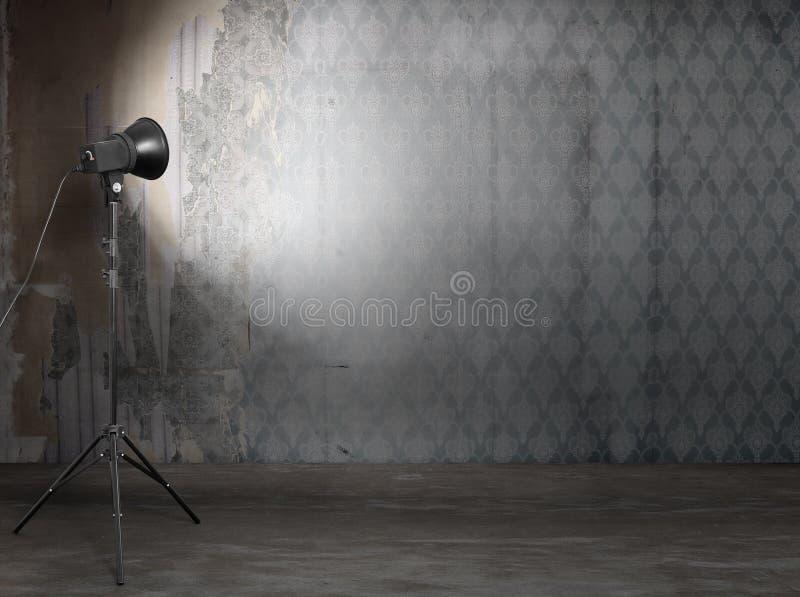 De studio van de foto in oud grungebinnenland royalty-vrije stock foto