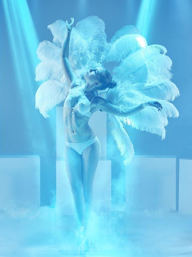 De studio van vrouwelijke moderne danser op blauwe achtergrond wordt geschoten die royalty-vrije stock afbeelding