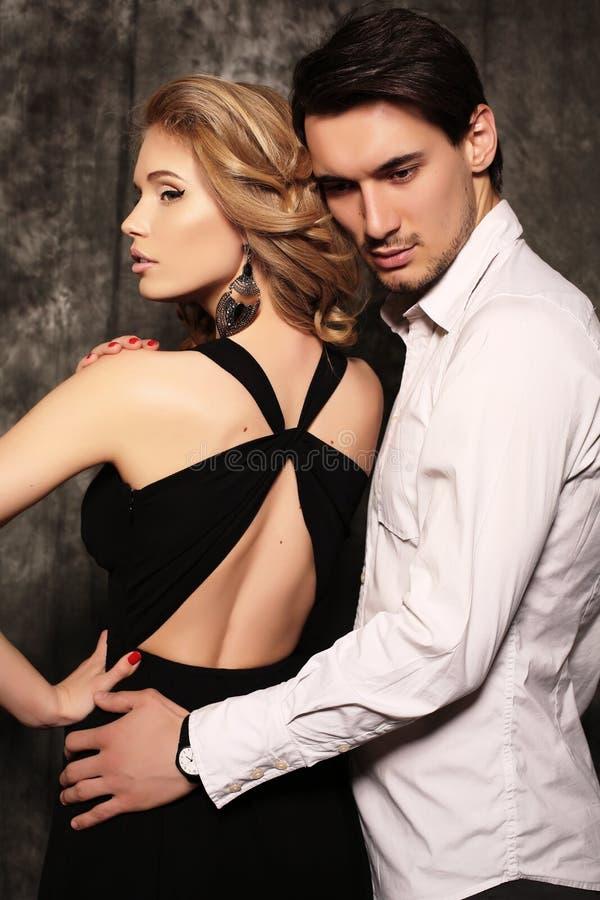 De studiofoto van mooi paar, draagt elegante kleren, royalty-vrije stock afbeeldingen