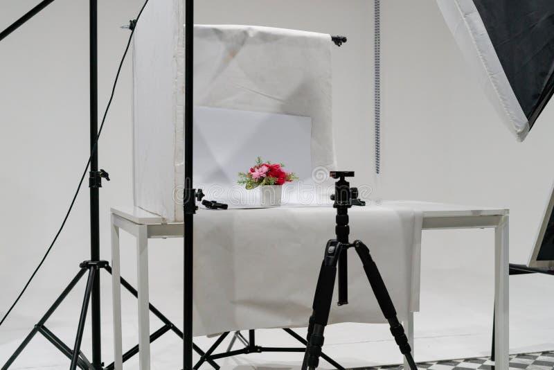 De studioopstelling van de productfoto met verlichtingsmateriaal royalty-vrije stock afbeelding