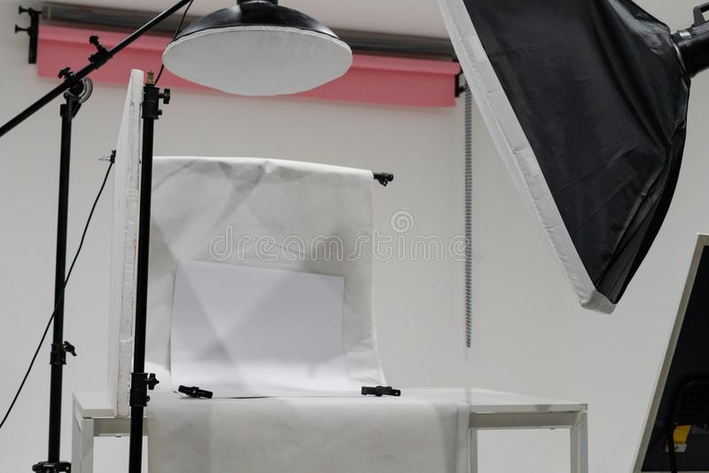 De studioopstelling van de productfoto met verlichtingsmateriaal stock foto
