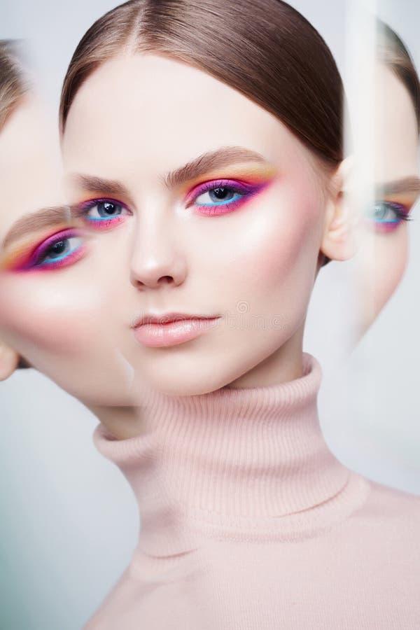 De studioportret van de kunstmanier van mooi brunette met bloemenjuwelen royalty-vrije stock foto's