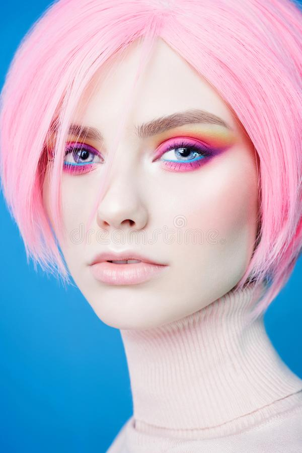 De studioportret van de kunstmanier van mooie roodharigevrouw met moderne make-up royalty-vrije stock afbeelding