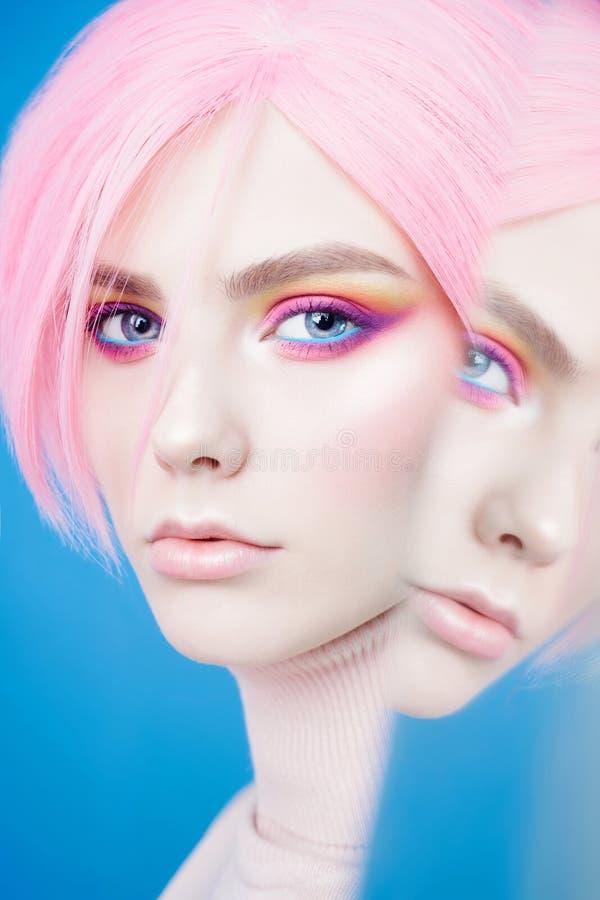 De studioportret van de kunstmanier van mooie roodharigevrouw met moderne make-up stock afbeeldingen