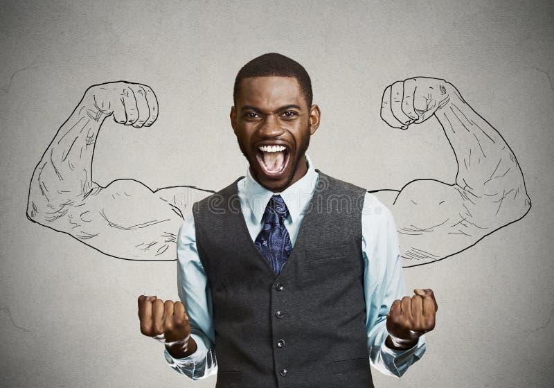 De succesvolle bedrijfsmens viert overwinning stock foto
