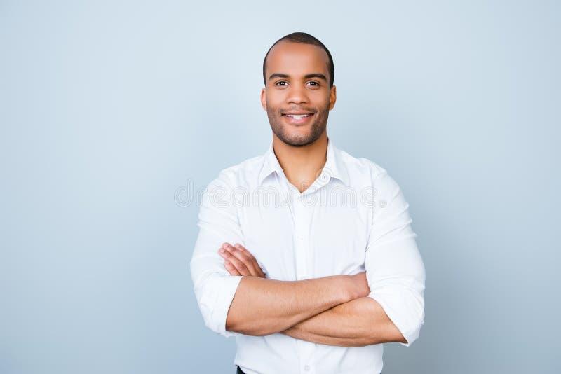 De succesvolle glimlachende jonge knappe advocaat van de mulat Amerikaanse kerel binnen royalty-vrije stock foto's