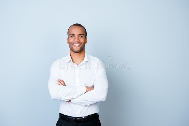 De succesvolle glimlachende jonge knappe bankier van de mulat Amerikaanse kerel binnen royalty-vrije stock afbeeldingen