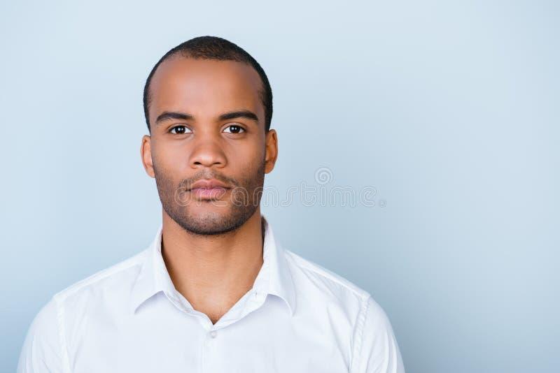 De succesvolle jonge knappe advocaat van de mulat Amerikaanse kerel in formeel stock foto