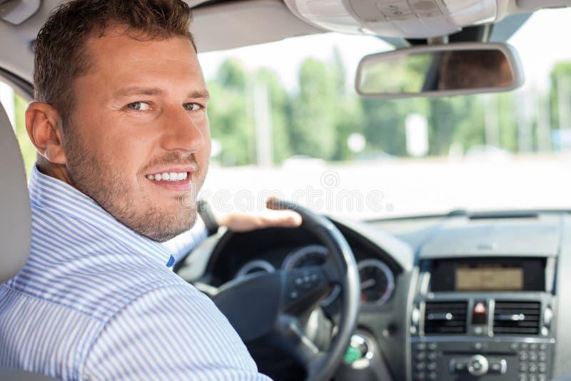 De succesvolle jonge mens drijft zijn auto royalty-vrije stock afbeelding