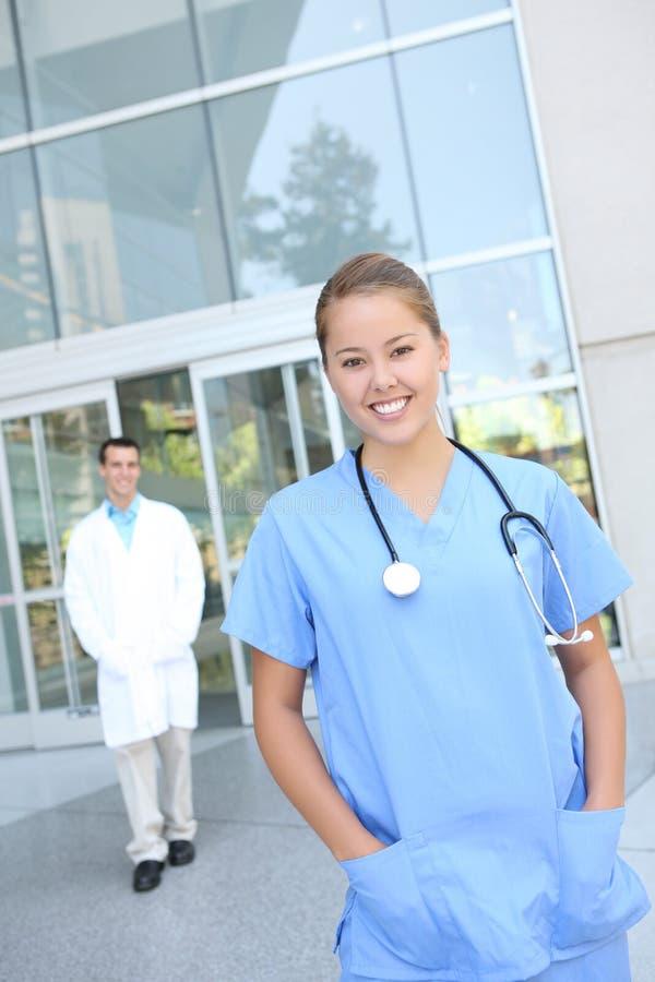 De succesvolle Medische Verpleegster van de Vrouw bij het Ziekenhuis stock afbeeldingen