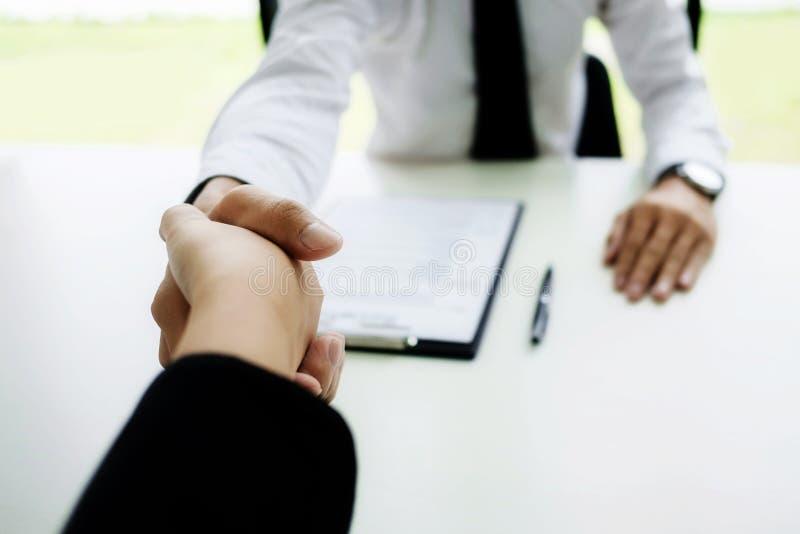 De succesvolle overeenkomst van het bedrijfsmensenhandenschudden in bureau royalty-vrije stock afbeelding