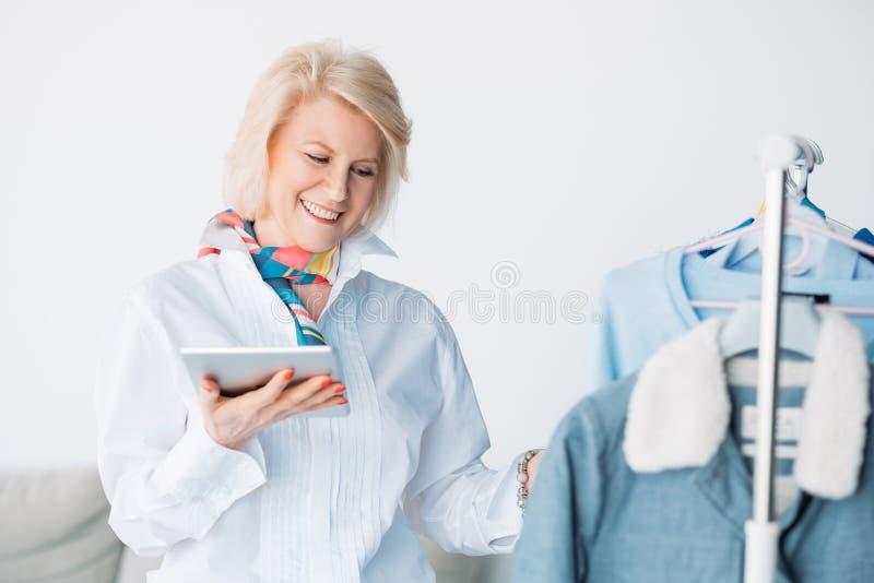 De succesvolle zaken van de de tabletmanier van de anci?nniteitsdame stock foto's