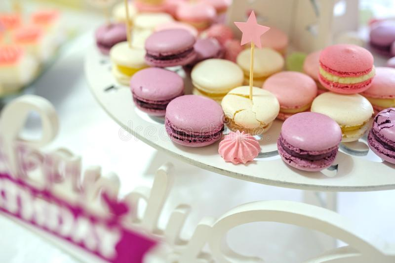 De suikergoedbar met macarons stock afbeeldingen