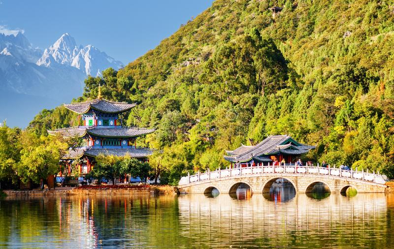 De Suocui-Brug over Zwart Dragon Pool, Lijiang, China stock foto