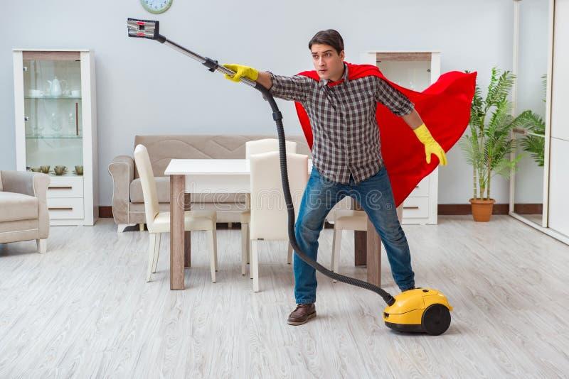 De super heldenreinigingsmachine die thuis werken royalty-vrije stock afbeeldingen