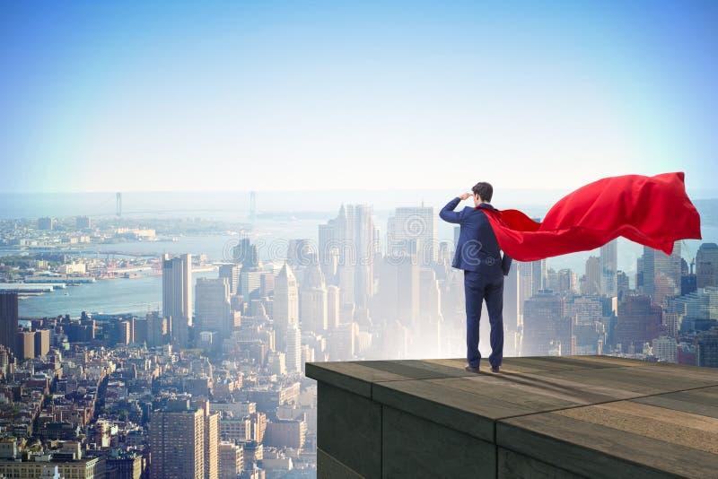 De super heldenzakenman bovenop de bouw klaar voor uitdaging stock foto