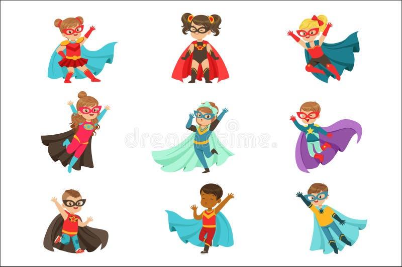 De super jonge geitjes plaatsen, jongens en meisjes in de kleurrijke vectorillustraties van superherokostuums royalty-vrije illustratie
