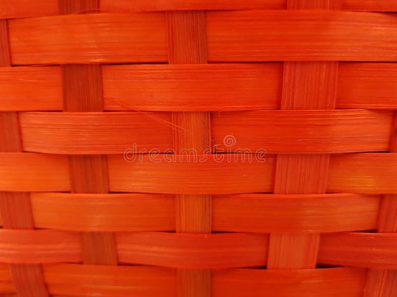 de superfície tecido com as fibras vegetais pintadas no vermelho, no fundo e na textura fotografia de stock