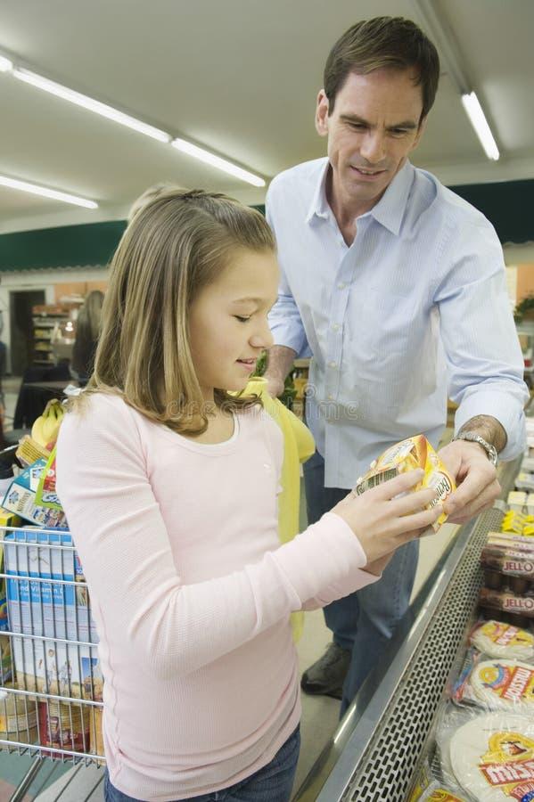 De Supermarkt van vaderand daughter in royalty-vrije stock afbeelding