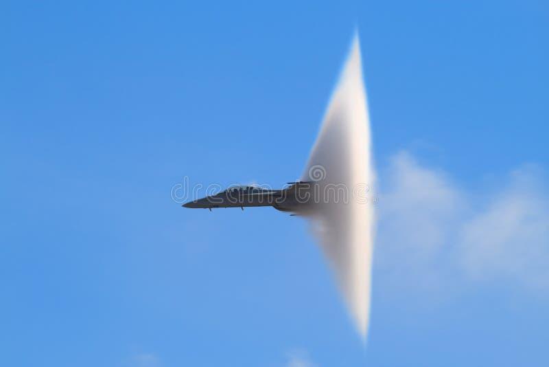 De supersonische Kegel van de Damp (Super Horzel F-18) royalty-vrije stock foto