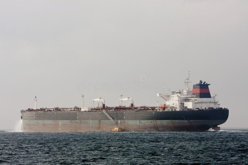 De supertankerschip van de olie op zee met proefboot. stock foto