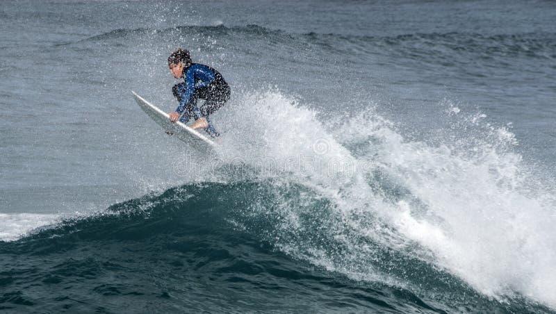 De surfer gaat een grote golf bij Maroubra-Strand weg stock foto's