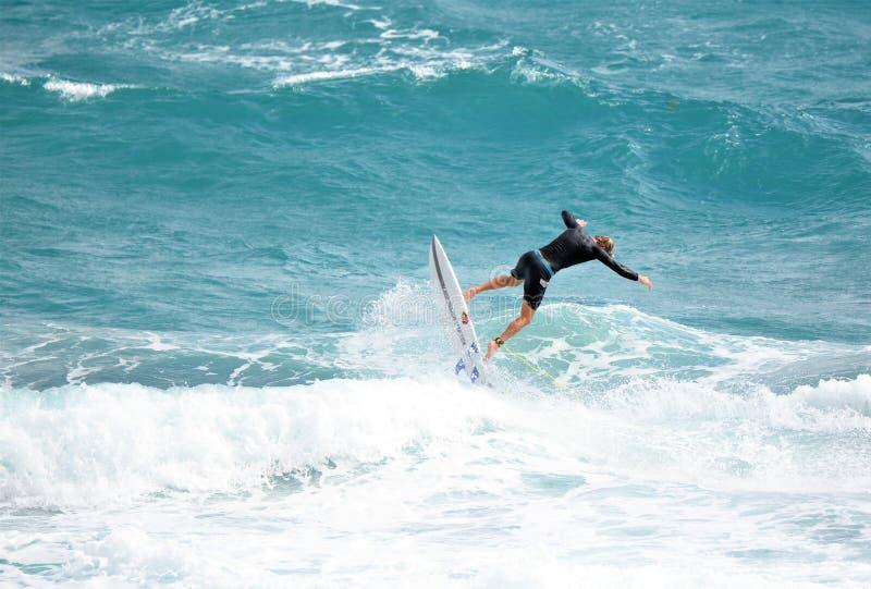 De surfer neemt vlucht aangezien hij een grote golf van de kust Zuid- van Florida oversteekt royalty-vrije stock afbeeldingen